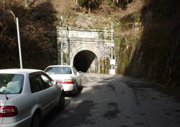 写真:車との対比。トンネルの断面積は割と小さい