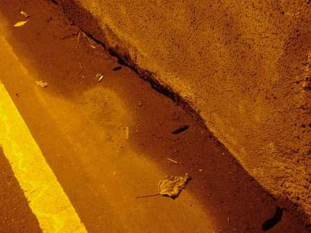 写真:坑内の壁と側溝の蓋1