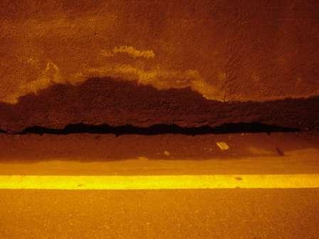 写真:坑内の壁と側溝の蓋2
