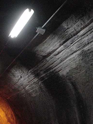 写真:坑内の壁に付いた傷1