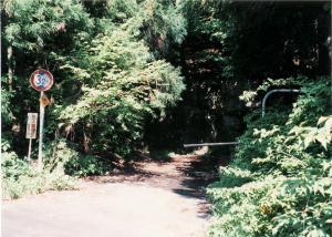 写真:旧道坂隧道道志側坑口跡へ続く道路