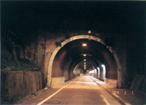 写真:小坪隧道東側坑口再撮影時の写真。撮影日がリセットされている