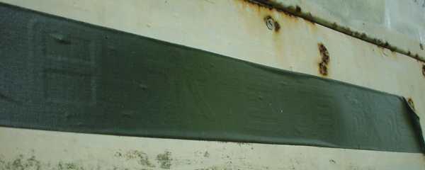 写真:案内看板のテープ貼り部分。クリックすると大きな画像が出ます。