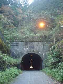 写真:西側坑口。この真上の奥に、旧旧トンネルの坑口があります。