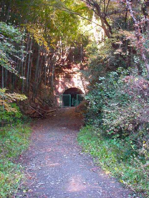 写真:旧旧吹上隧道への道4。クリックすると大きな画像をご覧いただけます