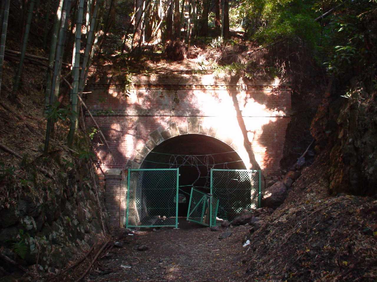 写真:旧旧吹上隧道(明治隧道)東側坑口(2001年撮影)