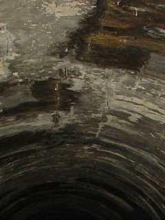 写真:東側の煉瓦はシミだらけ。つららのような形状も確認できます