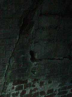 写真:西側坑口の煉瓦とコンクリート+煉瓦の境界