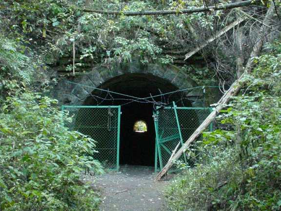 写真:(旧旧)吹上隧道(明治隧道)西側坑口。クリックすると大きな画像をご覧いただけます