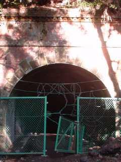 写真:東側坑口へ視界一杯まで近付いて撮影