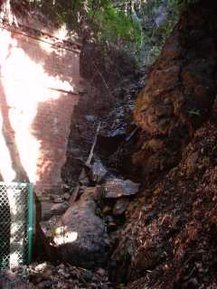 写真:東側坑口へ向かって右側の崩壊部分